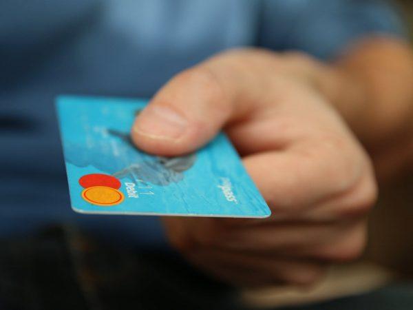 Jakie są różnice między kartą debetową a kredytową?